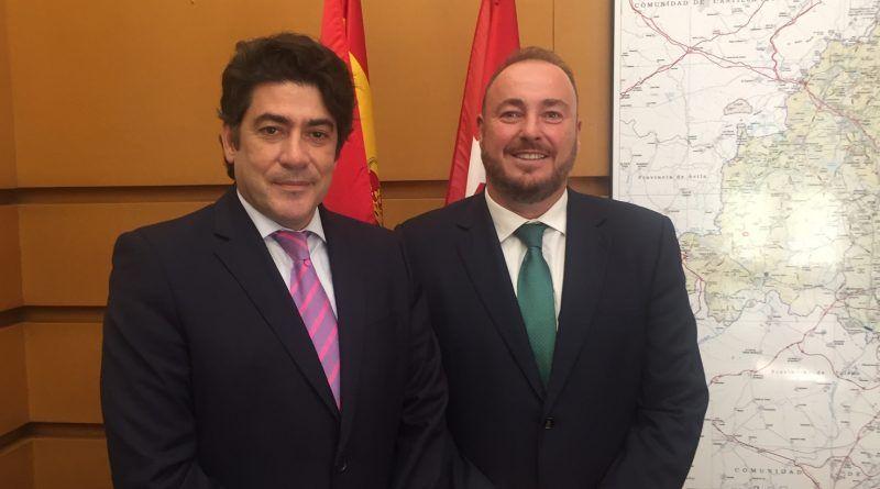 A la izquierda, el consejero de Vivienda y Administración Local de la Comunidad de Madrid, David Pérez junto a Juan Casares, presidente de CONCOVI